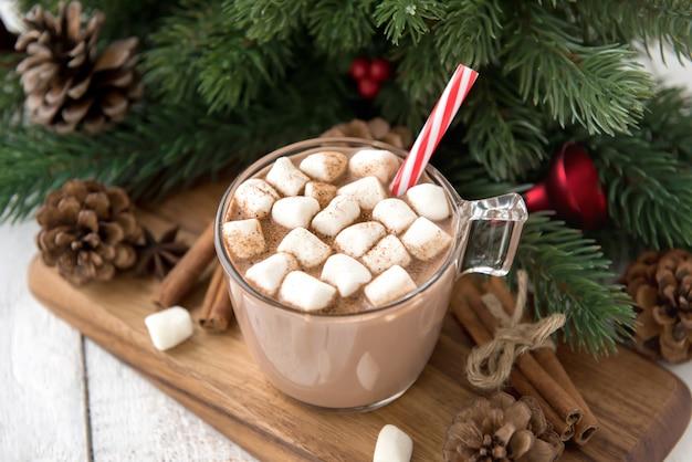 Heiß gewürztes weihnachtsschokoladengetränk mit marshmallows