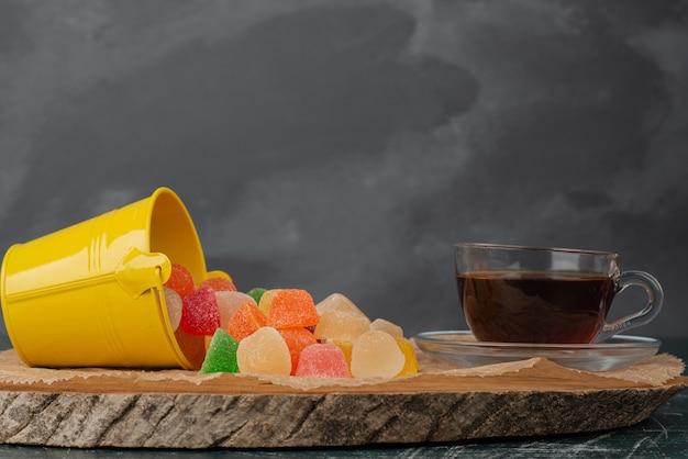 Heiße aroma-tee-gelee-bonbons auf holzbrett.