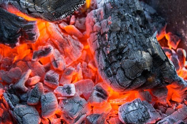 Heiße brennende holzkohle