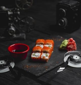 Heiße brötchen mit rotem kaviar und soße