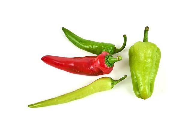 Heiße chilis isoliert auf weiß.