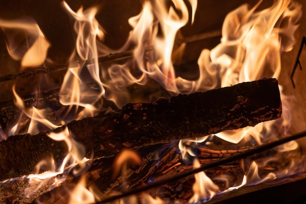 Heiße flamme, die grill-grill-heizung naturtal feuer kocht