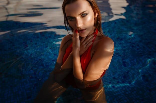Heiße frau im stilvollen badeanzug. outdoor-mode-porträt der glamour-dame, die ihren urlaub auf luxusvilla in der heißen tropischen insel genießt.