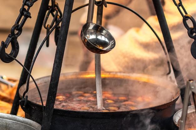 Heiße glühweinschale in flammen auf einem weihnachtsmarkt
