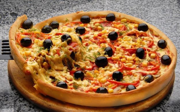 Heiße hausgemachte pepperoni pizza
