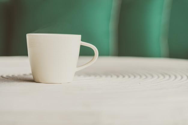 Heiße hölzerne becher espresso weiß