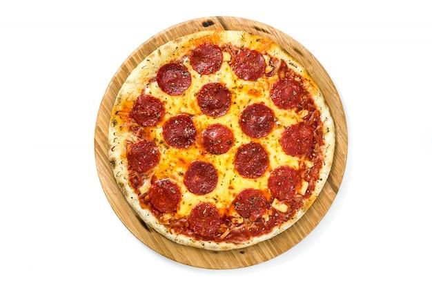 Heiße italienische peperoni-pizza lokalisiert auf weißer draufsicht