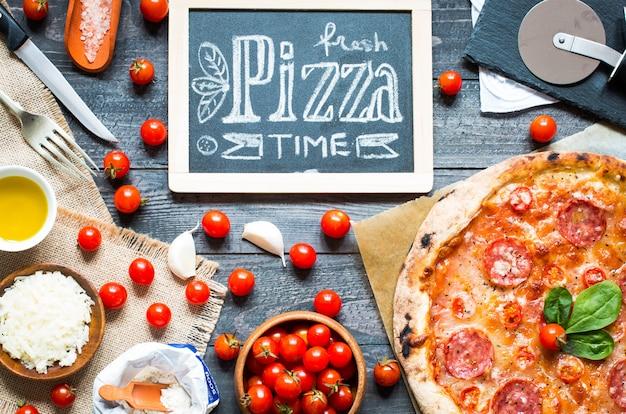 Heiße italienische pizza auf einem rustikalen holztisch.