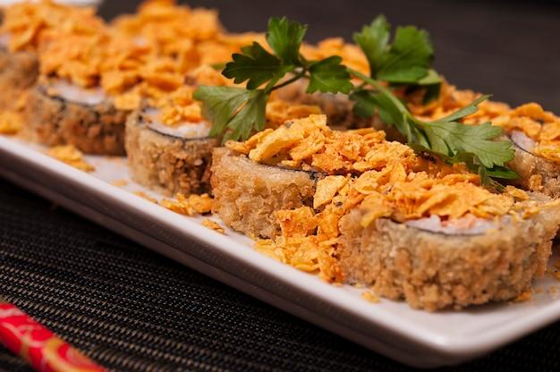Heiße japanische harumaki-sushi-mahlzeit und reis, erfrischende asiatische küche, sashimi, sushi und gemüse