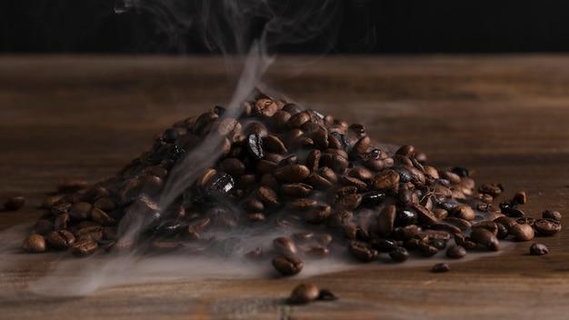 Heiße kaffeebohnen auf dem schreibtisch