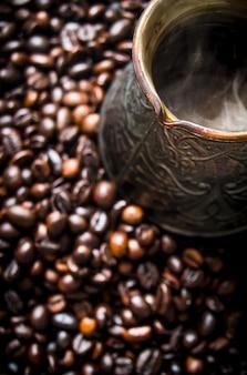 Heiße kaffeekanne. gefunden in kaffeebohnen.