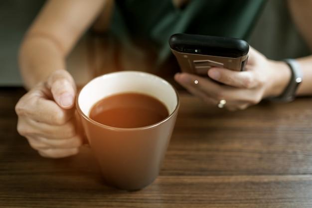 Heiße kaffeetasse auf dem tisch am morgen, entspannungszeit, latte-kaffee