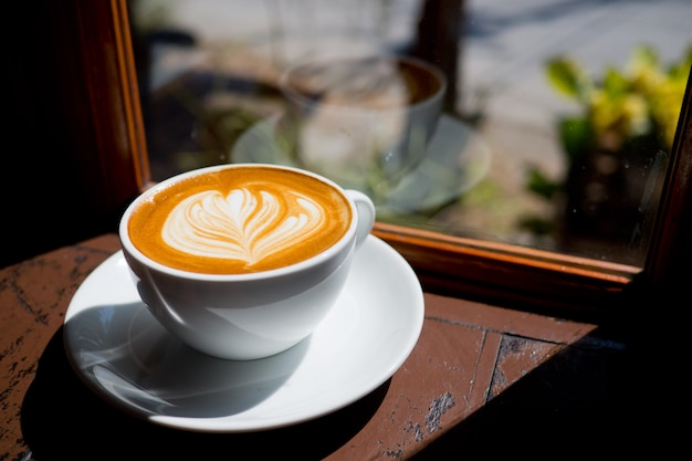 Heiße kaffeetasse auf dem tisch, entspannungszeit, morgenzeit