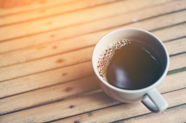 Heiße kaffeetasse aus dem kaffeefilterprozess, kaffee tropfen