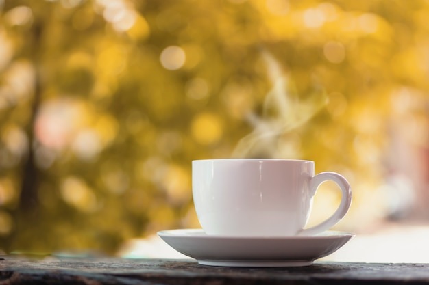 Heiße kaffeetasse über naturherbst