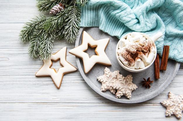 Heiße kakao- und weihnachtsdekorationen