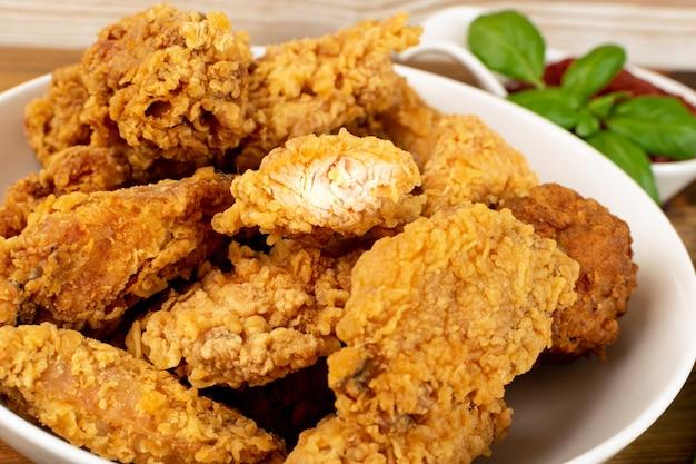 Heiße knusprige hühnernuggets und filetstreifen in semmelbröseln