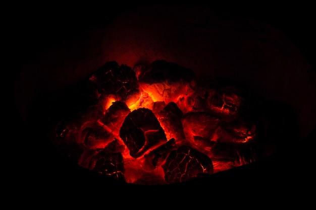 Heiße kohlen im feuer