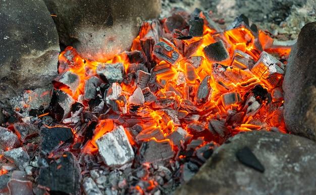Heiße kohlen vom lagerfeuer zum kochen