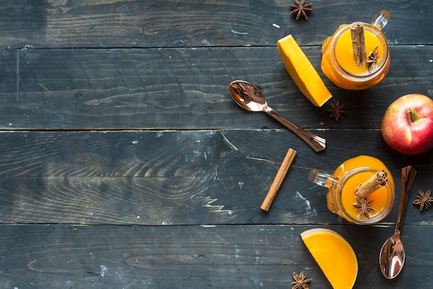Heiße kürbissangria mit apfel-, zimt- und sternanis