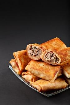 Heiße leckere scheibe russische empanadas pfannkuchen mit fleisch