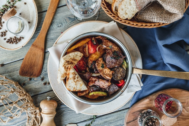 Heiße pfannenmahlzeit mit steak und huhn