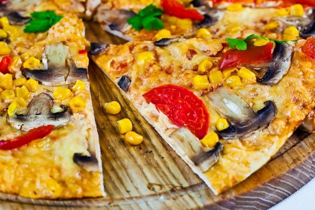 Heiße pizza auf weißem hintergrund