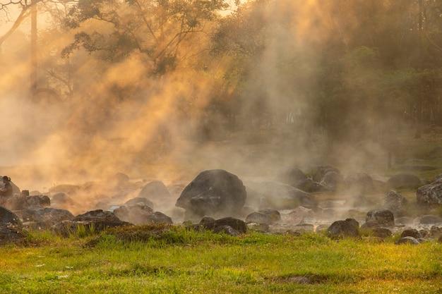 Heiße quellen im chae sohn-nationalpark, lampang thailand