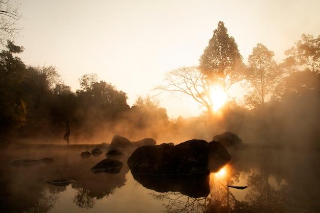 Heiße quellen im chae son national park, lampang thailand - natürliches mineralwasser.