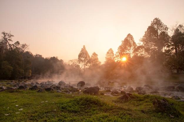 Heiße quellen im chae son-nationalpark von lampang, thailand