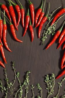 Heiße rote chilischoten und zitronenthymian