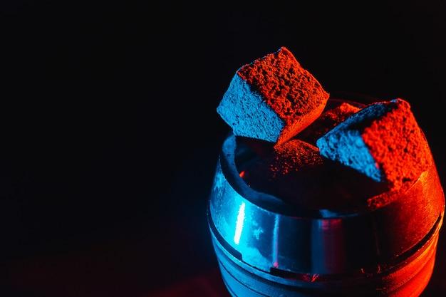 Heiße rote kohlen für wasserpfeife in einer metallschale