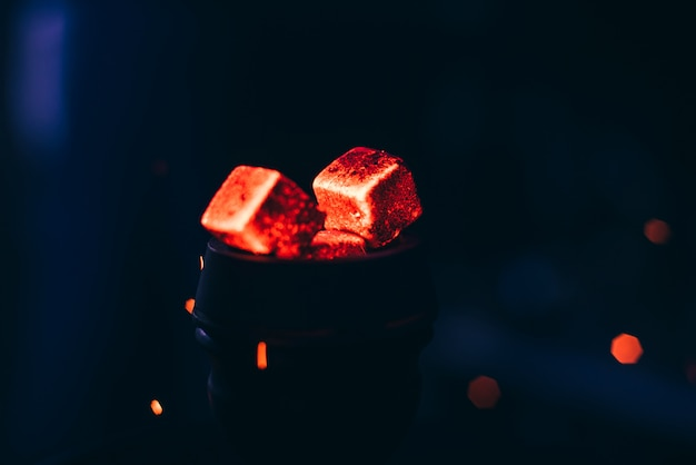 Heiße rote kohlen mit wasserpfeife in schüssel für shisha smoking