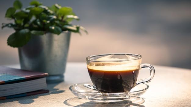Heiße schale schwarzer kaffee auf tabelle
