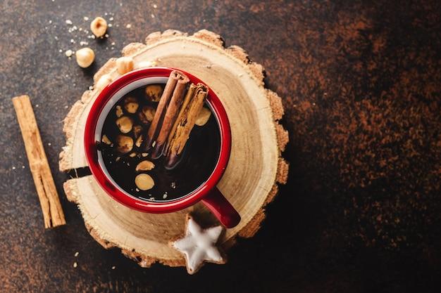 Heiße schokolade in der tasse mit haselnüssen
