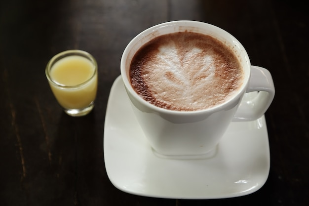 Heiße schokolade in einer weißen schale auf tabelle