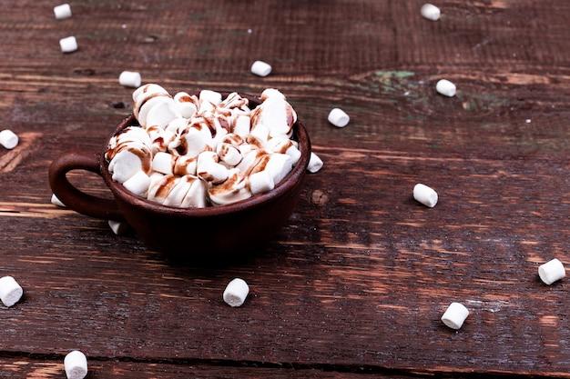 Heiße schokolade mit eibisch in der braunen schale