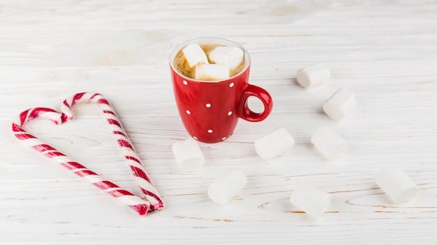 Heiße schokolade mit eibisch und bonbons