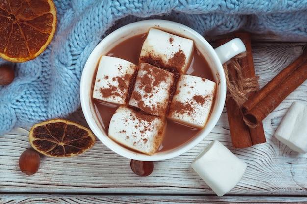 Heiße schokolade mit eibischen auf dem tisch