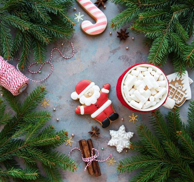 Heiße schokolade mit eibischen und lebkuchenplätzchen - weihnachtsfeiertagshintergrund