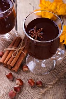 Heiße schokolade mit haselnüssen