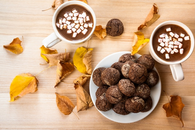Heiße schokolade mit keksen