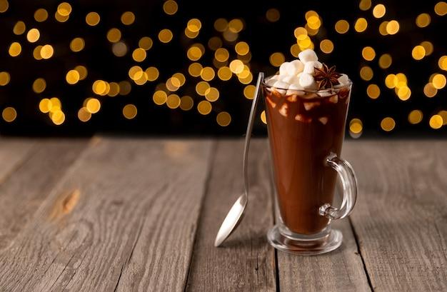 Heiße schokolade mit marshmallow auf holztisch mit kopierraum. christams winter-heißgetränk-menürezept