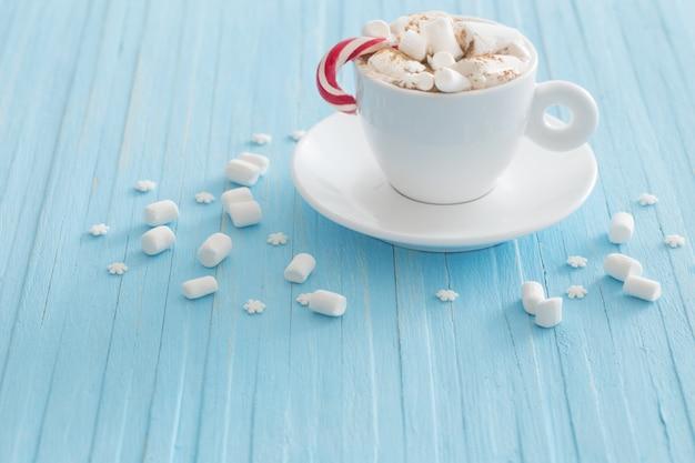 Heiße schokolade mit marshmallow auf holzwand