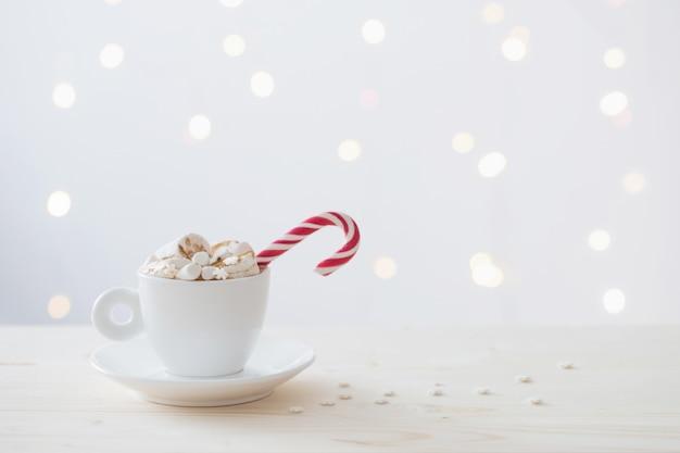Heiße schokolade mit marshmallow auf weißer wand