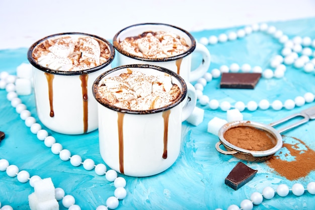 Heiße schokolade mit marshmallow-bonbons auf hölzernem hintergrund.