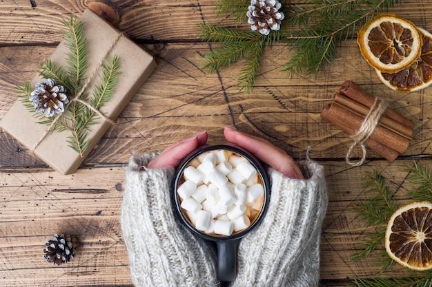 Heiße schokolade mit marshmallow, zimtstangen, anis und tannenzapfen