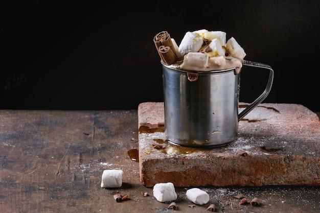 Heiße schokolade mit marshmallow