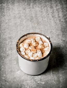 Heiße schokolade mit marshmallows. auf einem steintisch.