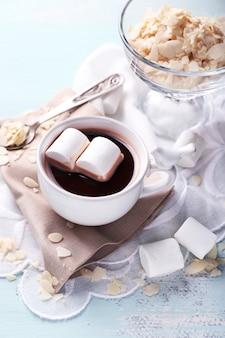 Heiße schokolade mit marshmallows im becher